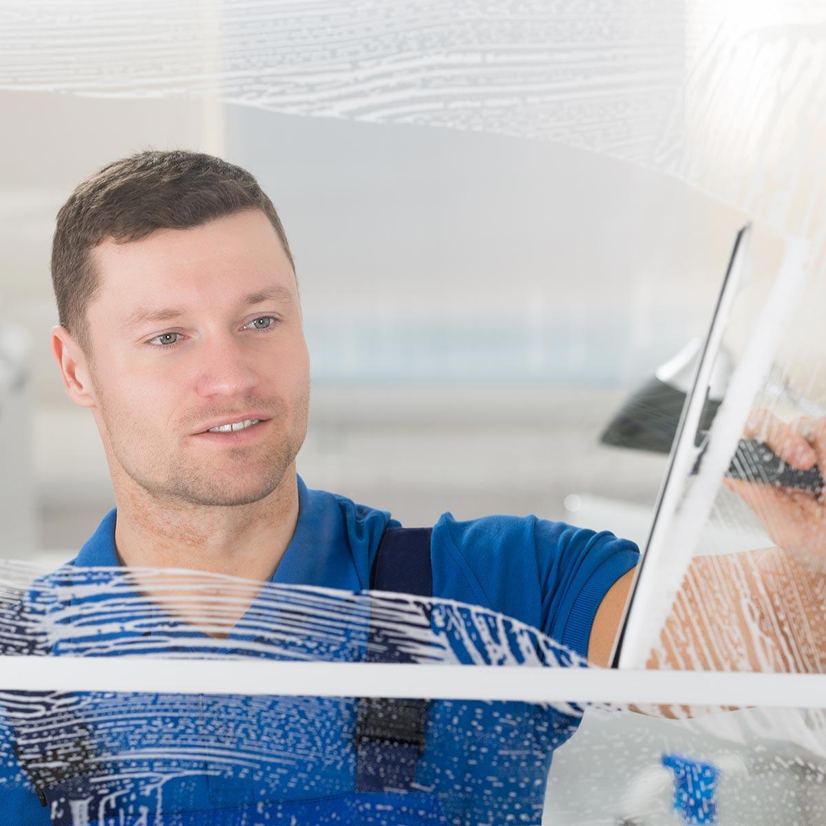 Fensterputzer Würzburg reinigt zuverlässig Fenster und Fensterrahmen in privaten Haushalten.